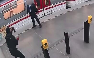 Writery v pražském metru nepřerušila od graffiti ani obsluha DPP. Zaměstnancům nastříkali sprej do obličeje