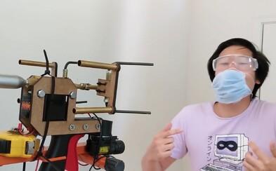 YouTuber mal po krk ľudí, ktorí nenosia rúška. Vymyslel pištoľ, ktorá im jedno vystrelí priamo do tváre