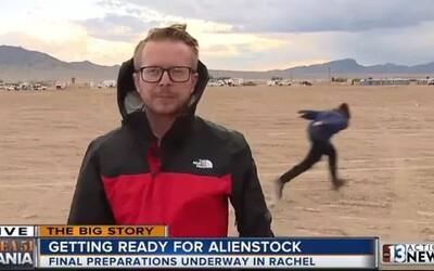 Youtuber se během reportáže z nájezdu na Area 51 snažil dostat do základny vtipným Naruto během
