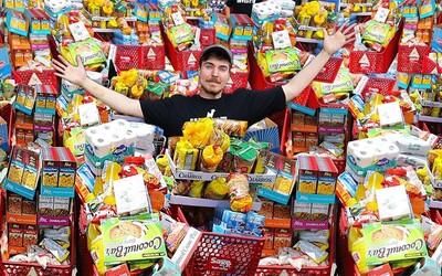 Youtuber vykúpil celý supermarket a zaplatil 70 000 €. Všetko jedlo nakoniec daroval bezdomovcom