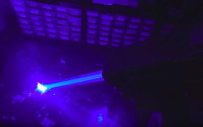 Youtuber vyrobil najsilnejší ručný laser. Dokáže roztaviť sklo