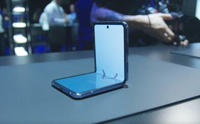YouTuberi a novinári si mohli vyskúšať skladací smartfón Galaxy Z Flip. Aké sú ich prvé pocity?