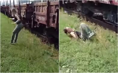 Youtuberka z Košíc vyskakuje počas jazdy z vlaku a riskuje život. Pre sledovanosť zrejme urobí čokoľvek