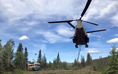Z Aljašky odvezli slavný autobus, který se objevil ve filmu Into the Wild. Příliš mnoho turistů zemřelo na cestě k němu