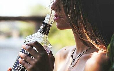 Z alkoholu ti hrozí rakovina rovnako ako z fajčenia. Ak vypiješ fľašu vína, je to ako keby si vyfajčil 10 cigariet