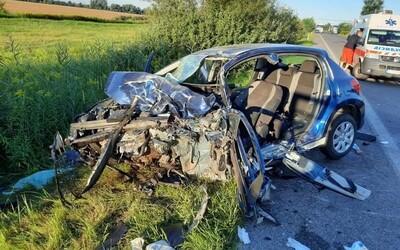Z auta ostal totálny vrak. 18-ročný mladík prešiel na Záhorí bez brzdenia do protismeru, nehodu neprežil