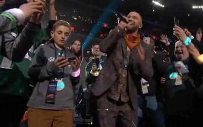 Z chlapce, který na Super Bowlu ignoroval Justina Timberlakea, je hvězda. Vtipná situace má to nejjednodušší vysvětlení