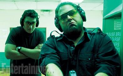 Z fajčiarov trávy, Jonaha Hilla a Millesa Tellera, sa  v novej dráme stanú priekupníci so zbraňami
