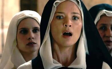 Film Benedetta vypráví o jeptišce, která v klášteře začne objevovat své sexuální touhy
