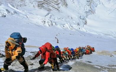 Z Mount Everestu zniesli za šesť týždňov štyri mŕtve telá a 11 ton odpadu