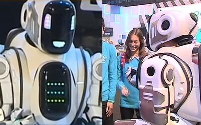 Z najmodernejšieho robota na technologickom fóre v Rusku sa vykľul muž oblečený v kostýme