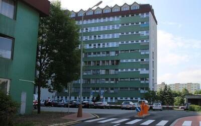 Z nemocnice v Poprade vypadlo z okna dieťa. Pád z ôsmeho poschodia neprežilo