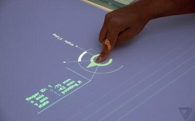 Z obyčejného stolu dotykový displej. Speciální projektor od Sony přinese virtuální realitu přímo mezi nás