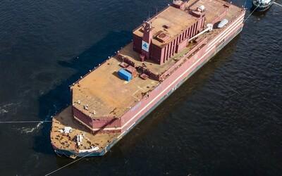 Z ruského přístavu vyplula elektrárna, o níž odborníci mluví jako o plovoucím Černobylu