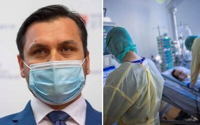 Za 7 dní previezli z najpostihnutejších nemocníc až 12 pacientov na umelej pľúcnej ventilácii, tvrdí štátny tajomník Stachura