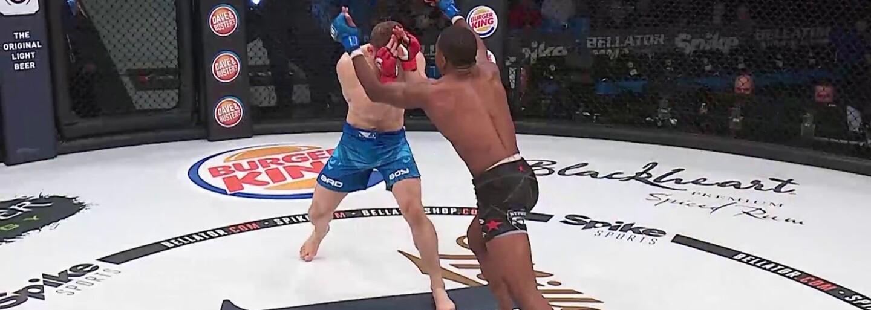 Za 90 sekúnd brutálne zničil svojho prvého súpera v MMA lietajúcim kolenom. Protivník sa zo zeme zbieral ešte poriadne dlho