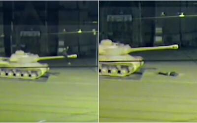 Za hloupost se platí: Mladík v Brně vylezl na hlaveň růžového tanku, aby si vyfotil selfie, pak ale spadl přímo na hlavu