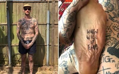 Za každý den v karanténě si udělá jedno tetování. Na těle jich má již více než 1000