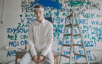 Za lži se neschováš. Hasan píše texty na stěnu v novém videoklipu