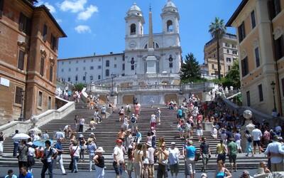 Za sezení na slavných Španělských schodech v Římě dostaneš pokutu až 10 tisíc korun. Město zavedlo nový zákaz