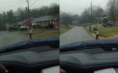 Za šikanu ho nepustili do školního autobusu, tak ho otec přinutil běžet kilometr v dešti