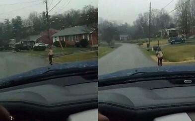 Za šikanu ho nepustili do školského autobusu, tak ho otec prinútil bežať kilometer v daždi