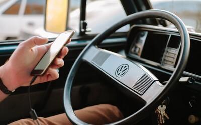 Za telefón v ruke môžeš dostať až dvojnásobnú pokutu, cyklisti už môžu beztrestne nafúkať: Schválili nový zákon o cestnej premávke