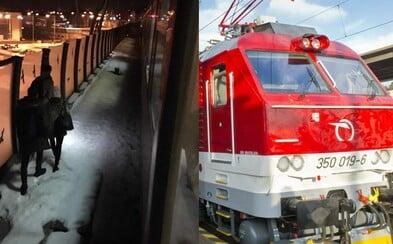 Za Trenčínom sa roztrhol rýchlik, cestujúci už začínajú vystupovať