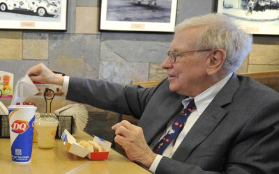 Za večeři s Warrenem Buffettem zaplatil 3,4 milionu dolarů. Bavit se mohou o všem, jen ne o budoucích investicích