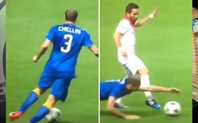 Zábavný zákrok Chielliniho. V poslednej sekunde rukou ukradol loptu nabiehajúcemu útočníkovi