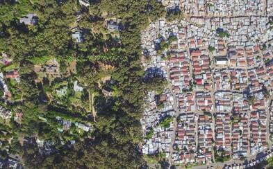 Záběry z dronu zachycující nemalé rozdíly mezi obyvateli Jižní Afriky platí stejně pro celý svět