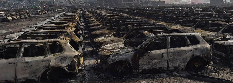 Záběry z místa středeční exploze ukazují rozpadlé budovy, shořelé automobily a všudypřítomnou zkázu