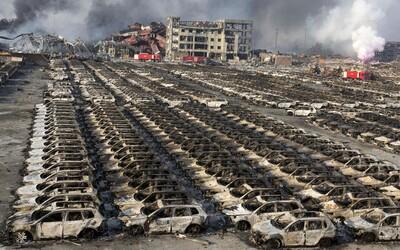 Zábery z miesta stredajšej explózie ukazujú rozpadnuté budovy, zhorené automobily a všadeprítomnú skazu
