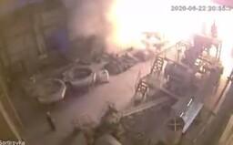 Zábery z mohutného výbuchu ruskej fabriky pripomínajú černobyľskú haváriu. Najprv obrovská rana, po nej oblak dymu