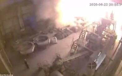 Záběry z mohutného výbuchu ruské fabriky připomínají černobylskou havárii. Nejprve obrovská rána, po ní oblak kouře
