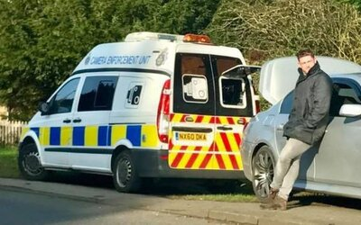 Zablokoval policejní radar kufrem svého auta, protože se chtěl pomstít za vlastní pokutu. Chrise označují za hrdinu i za idiota