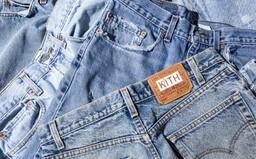 Zapomeň na obtažené džíny. Toto jsou nejlepší široké kousky, které ti vydrží roky