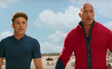 Zac Efron a Dwayne Johnson sa v najnovšej ukážke pre Baywatch stávajú svalovcami v zbrani