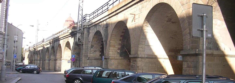 Začala rekonstrukce druhého nejstaršího mostu v Praze. Negrelliho viadukt dostane podobu jako před 167 lety