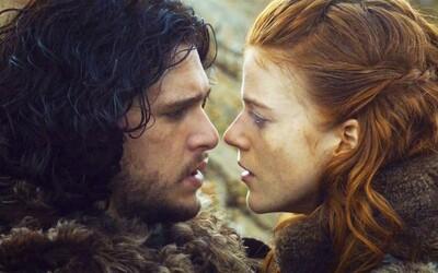 Začalo to v jaskyni a pokračuje zasnúbením. Jon Snow a Ygritte alias Kit Harington a Rose Leslie urobili vo svojom vzťahu krok vpred