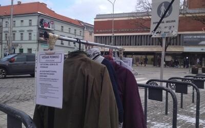Zachraň život maličkostí. V centru Bratislavy se objevil věšák na kabáty, odkud si oblečení může v případě potřeby vzít každý