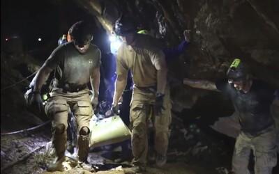 Záchranář z jeskyně v Thajsku zemřel na otravu krve, kterou dostal během akce