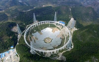 Zachytíme konečně zprávy od mimozemšťanů? Čína dokončuje největší rádiový teleskop na světě, který by toho měl být schopný