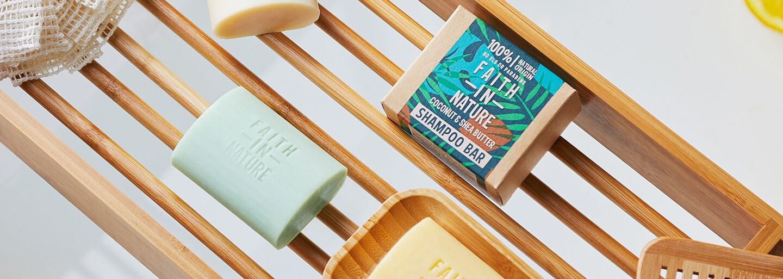 Začiatky používania tuhých šampónov môžu byť komplikované. Poradíme ti, ako to prekonať