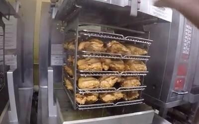 Zajímá vás, jak vypadá příprava masa v KFC? Podívejte se na jednotlivé kroky