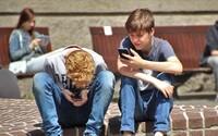 Zakáže se používání mobilních telefonů na českých školách? Rodiče jsou pro