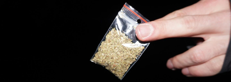 Zákerná droga herba Slovákom spôsobuje paralýzy, halucinácie aj smrť. Za 3 € nám ju chceli predať v paneláku postriekanom krvou