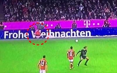 Záložník Bayernu si zmýlil spoluhráča s reklamným Santa Clausom, čoho výsledkom je vtipné nedorozumenie