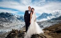 Zaľúbenci sa vyštverali až na Mount Everest, aby mali najúžasnejšiu svadbu na svete. Večnú lásku si sľúbili doslova na vrchole Zeme