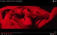 Zaľúbený pár kriminálnikov vykráda obchody v maske Justina Biebera a DJa Snakea vo videoklipe ku skladbe Let Me Love You